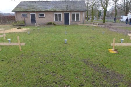 Schroeffundament geplaatst in de grond voor een prefab woning