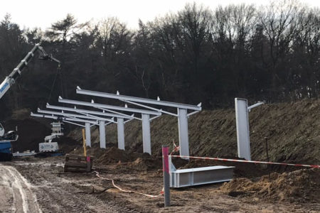 De pilaren voor de solar carport, gedragen door schroeffundamenten